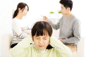 喧嘩する両親と子ども